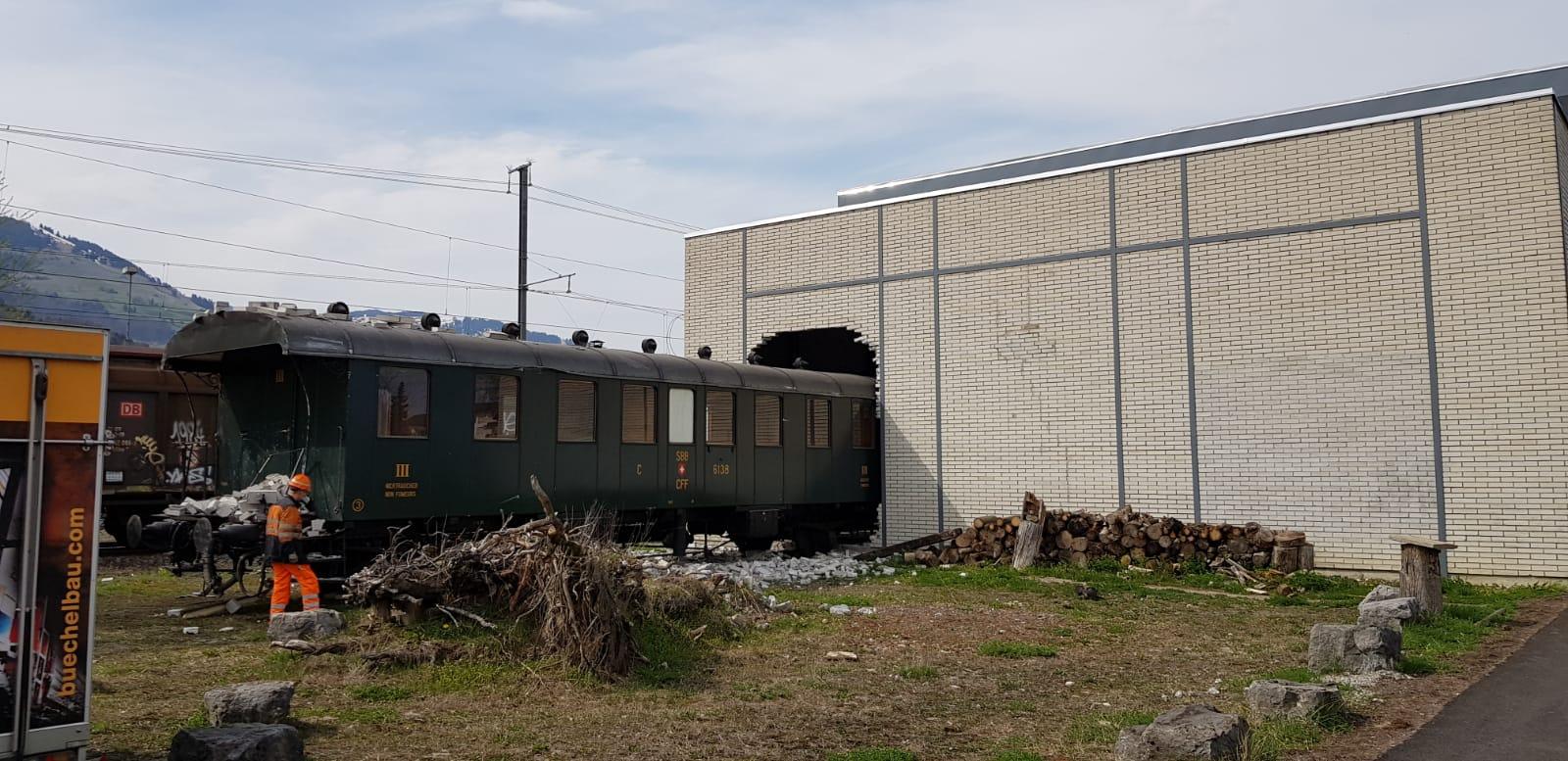 Rangier Unfall Lok Stosst Historischen Waggon Durch Wand Blick