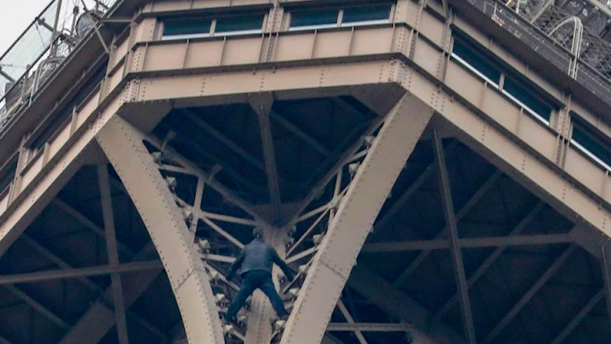 Wahrzeichen evakuiert: Mann klettert auf Eiffelturm in Paris