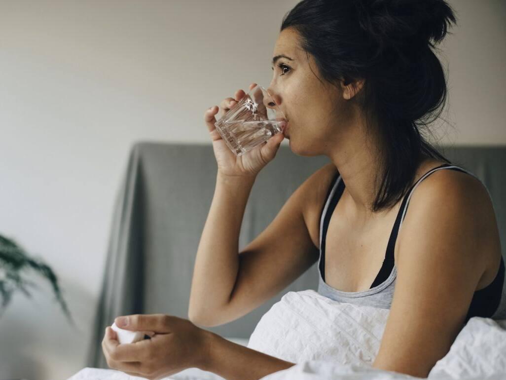 Das Trinken von kaltem Wasser auf nüchternen Magen hilft beim Abnehmen