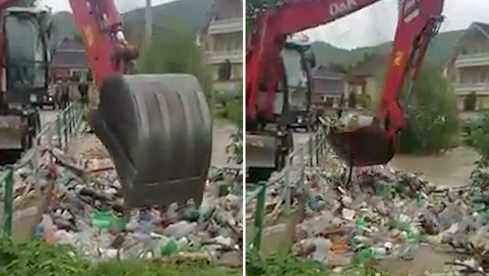 Bagger schaufelt Müll aus Fluss und schüttet ihn wieder rein