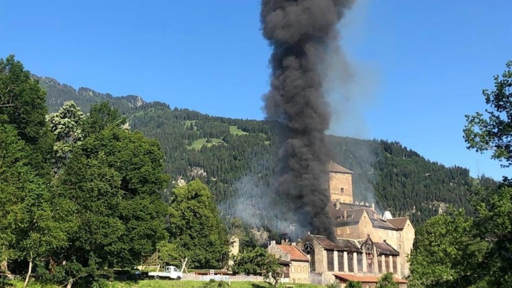 Brand: Schlossbrand im Domleschg verhindert: Stall ein Raub der Flammen