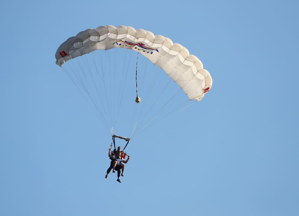 Greyerz FR: Fallschirmspringer lebensgefährlich verletzt