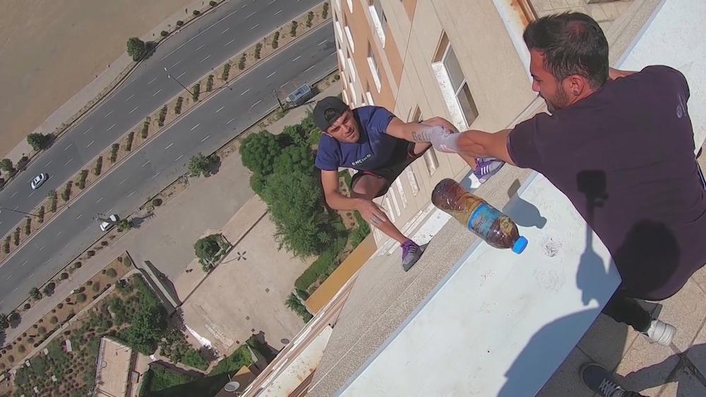 Teheran: Mann zeigt den gefährlichsten Bottle Flip