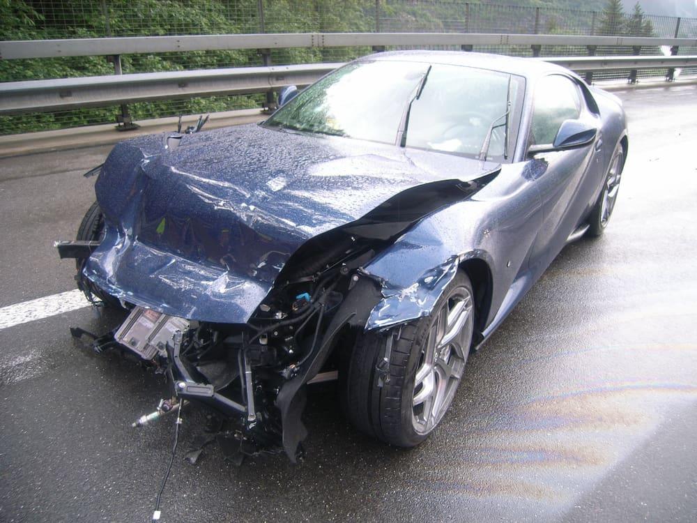 Kollision mit Leitplanke: Tessiner schrottet Ferrari auf A2