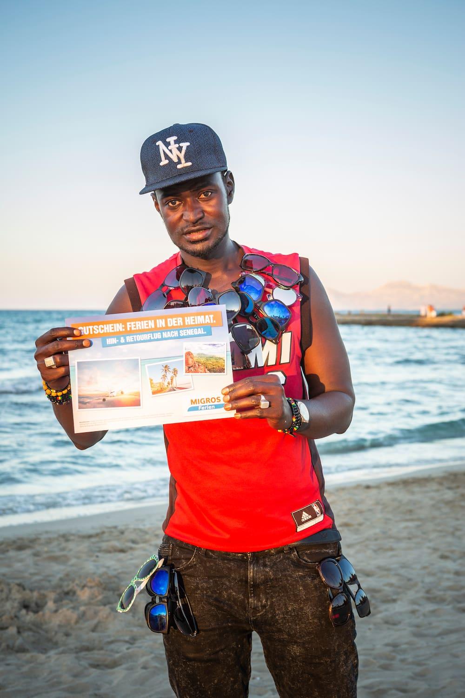 Bekanntester Strandverkäufer besucht seine Familie in Senegal