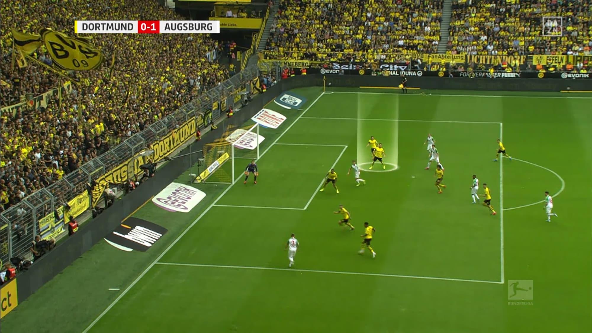 Bundesliga-Söldner im Mittelpunkt: Hier steht Akanji nach 32 Sekunden bereits im Schilf