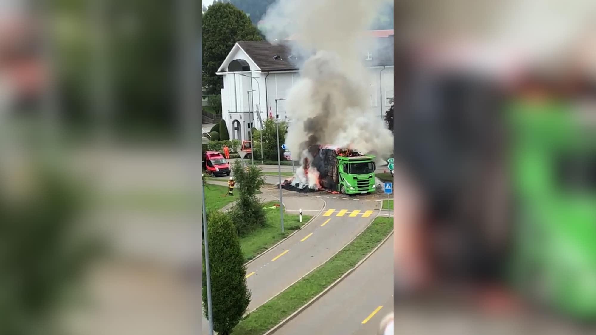 Teufener Feuerwehr im Einsatz: LKW mit Stroh brennt mitten im Kreisel