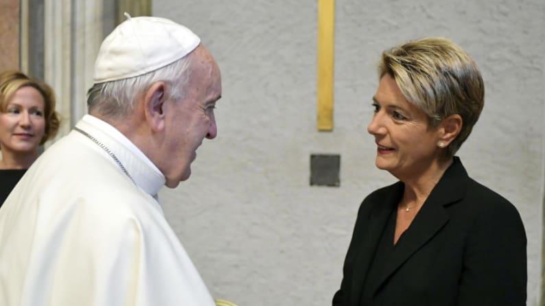 Bundesrätin Karin Keller-Sutter trifft Papst Franziskus – Blick