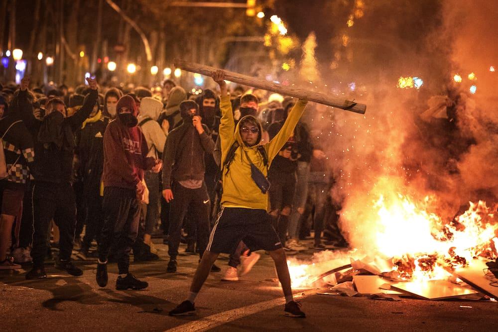Krawalle in Barcelona: Polizeiautos überfahren Demonstranten