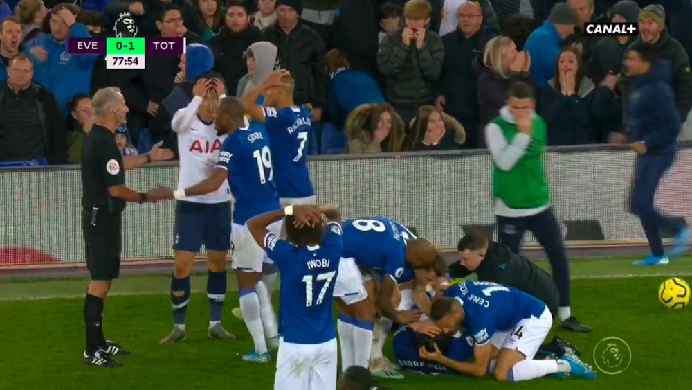 Fussball Horror Verletzung Von Everton Gomes Gegen