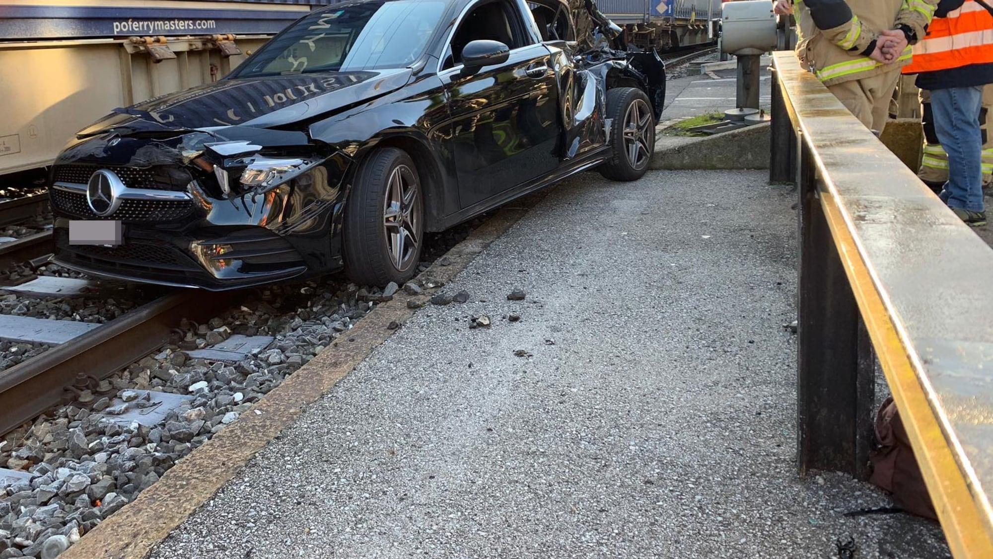 Heftiger Unfall in Lugano TI: Mercedes auf Gleisen von Güterzug gerammt