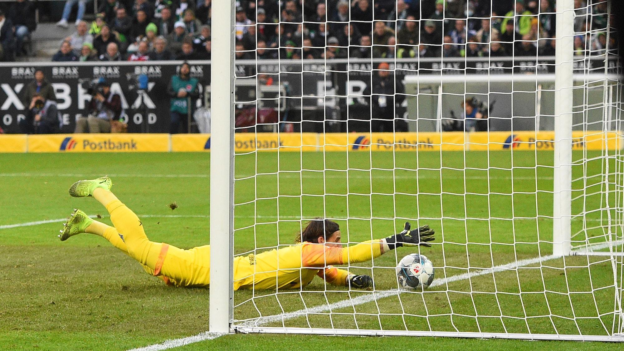 Gladbach-Triumph gegen Bayern: Millimetersache! Sommer rettet Ball mit einem Finger