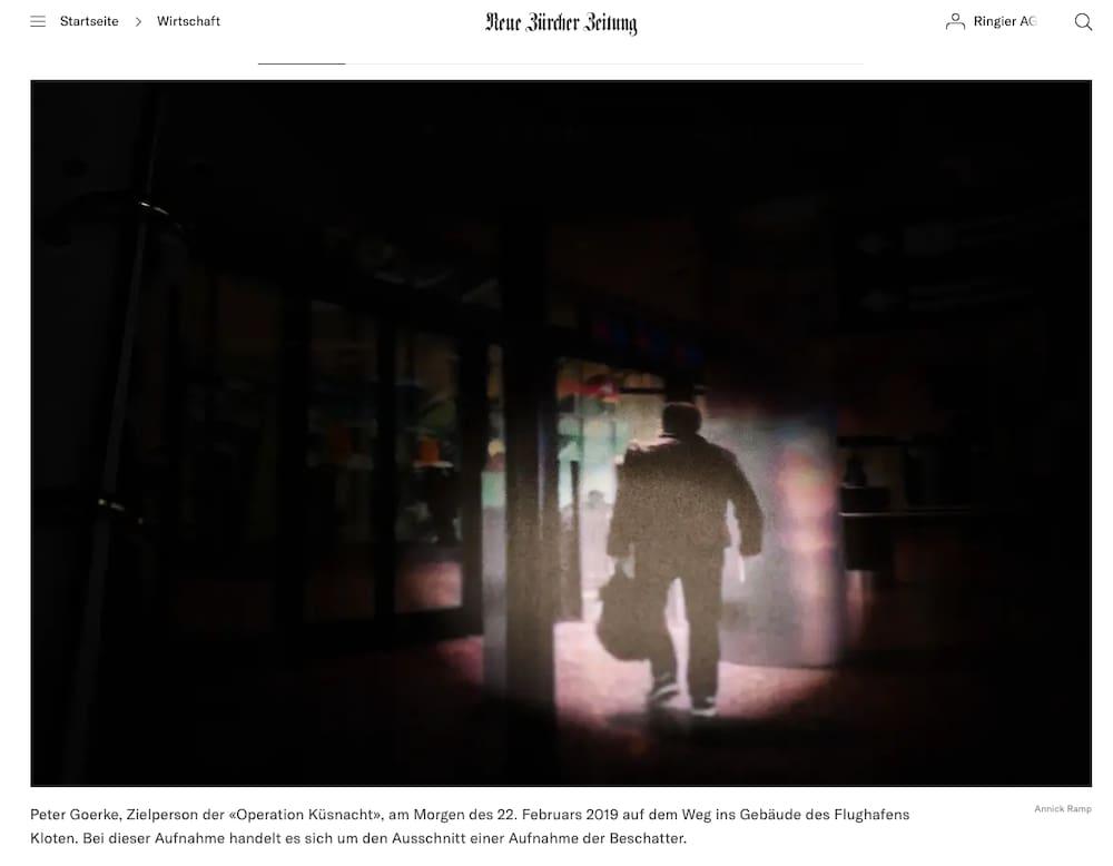 Lunedì la NZZ ha pubblicato questa immagine: mostra l'ex manager delle risorse umane del Credit Suisse.  Questo scatto è una sezione di uno scatto di ombre.