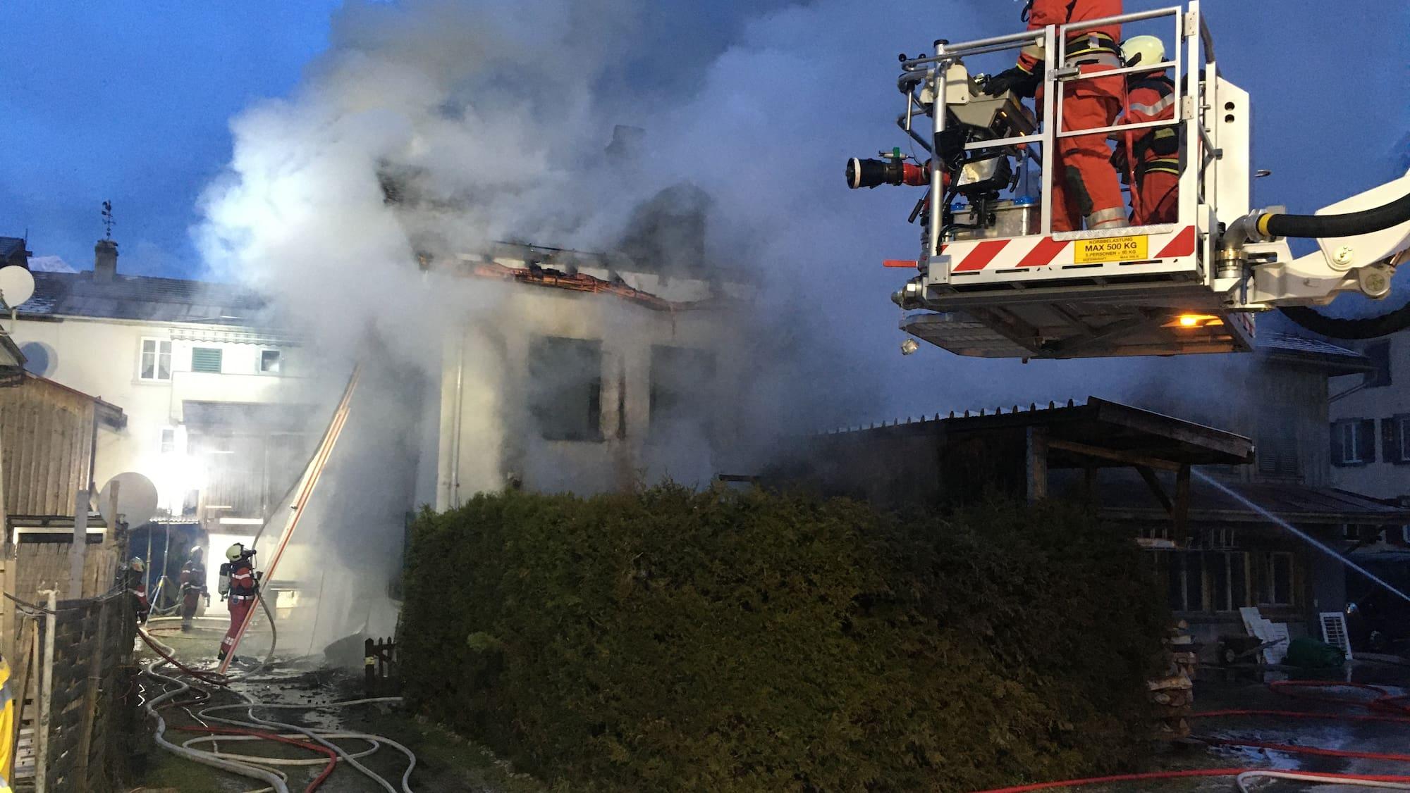 Eine Person wird nach Brand in Schwanden GL vermisst