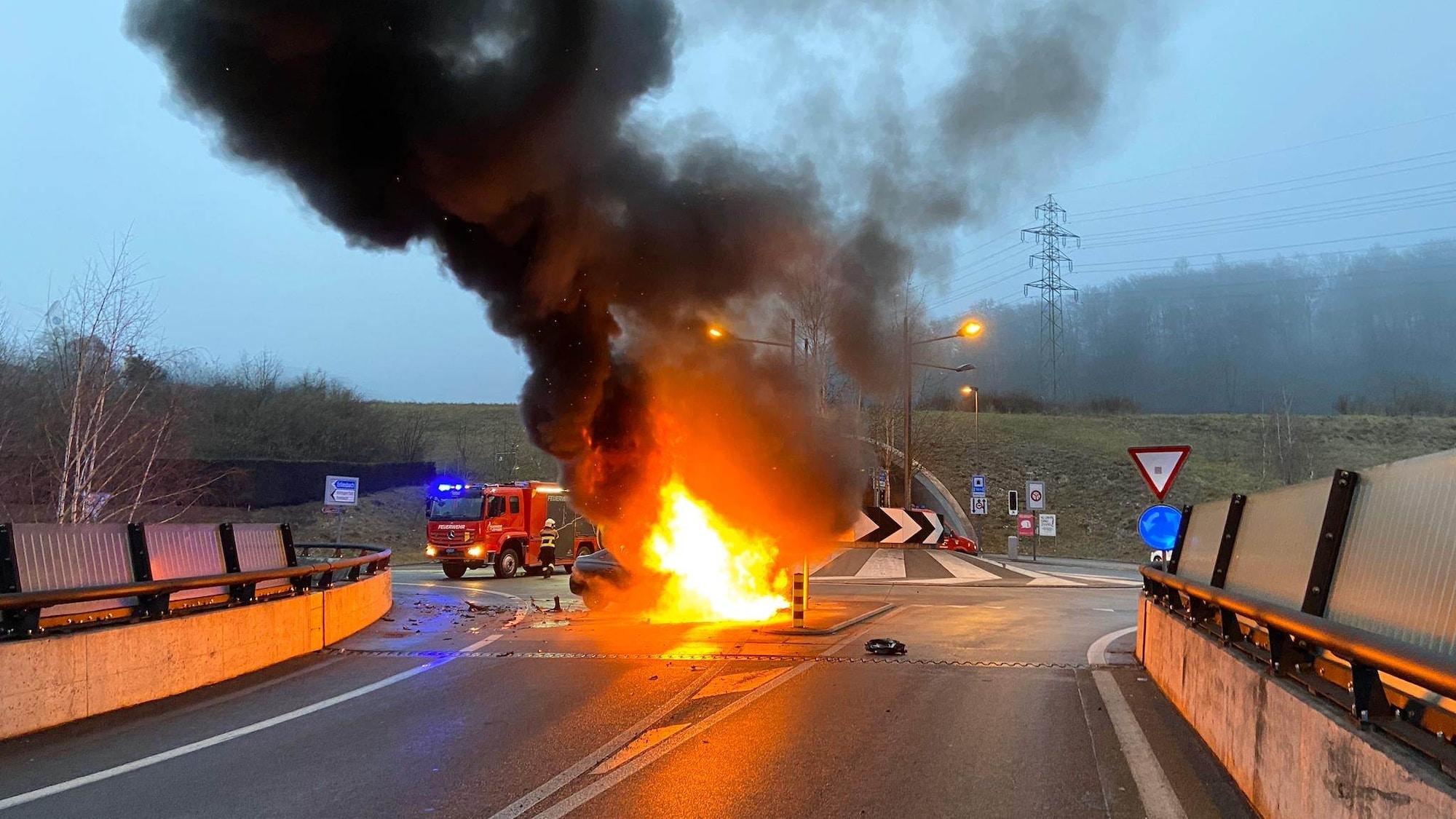 Auto fängt in Küttigen AG nach Selbstunfall Feuer: Kanadier (27) zerlegt Mietauto