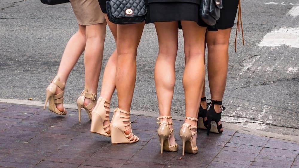 Absätze tragen: Einfache Tipps um auf High Heels zu laufen