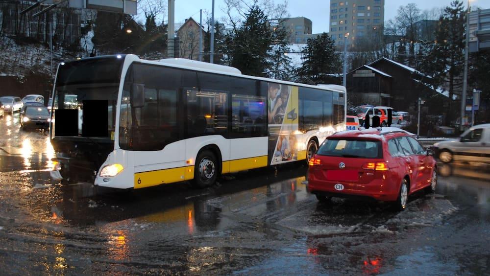 Linienbus kollidiert in Schaffhausen mit einem Auto - Blick