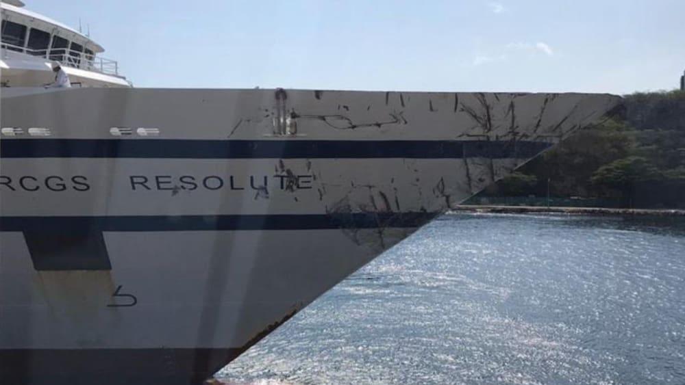Kriegsschiff rammt deutsches Kreuzfahrtschiff – und sinkt - Blick