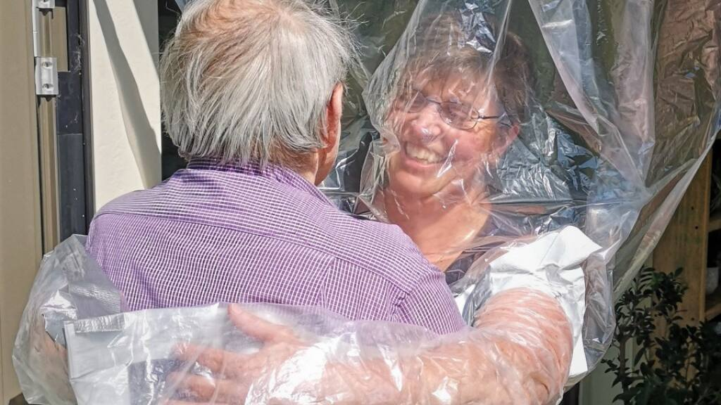 Coronavirus - Schweiz: Berner Pflege-Institution experimentiert mit Umarmungsvorhang