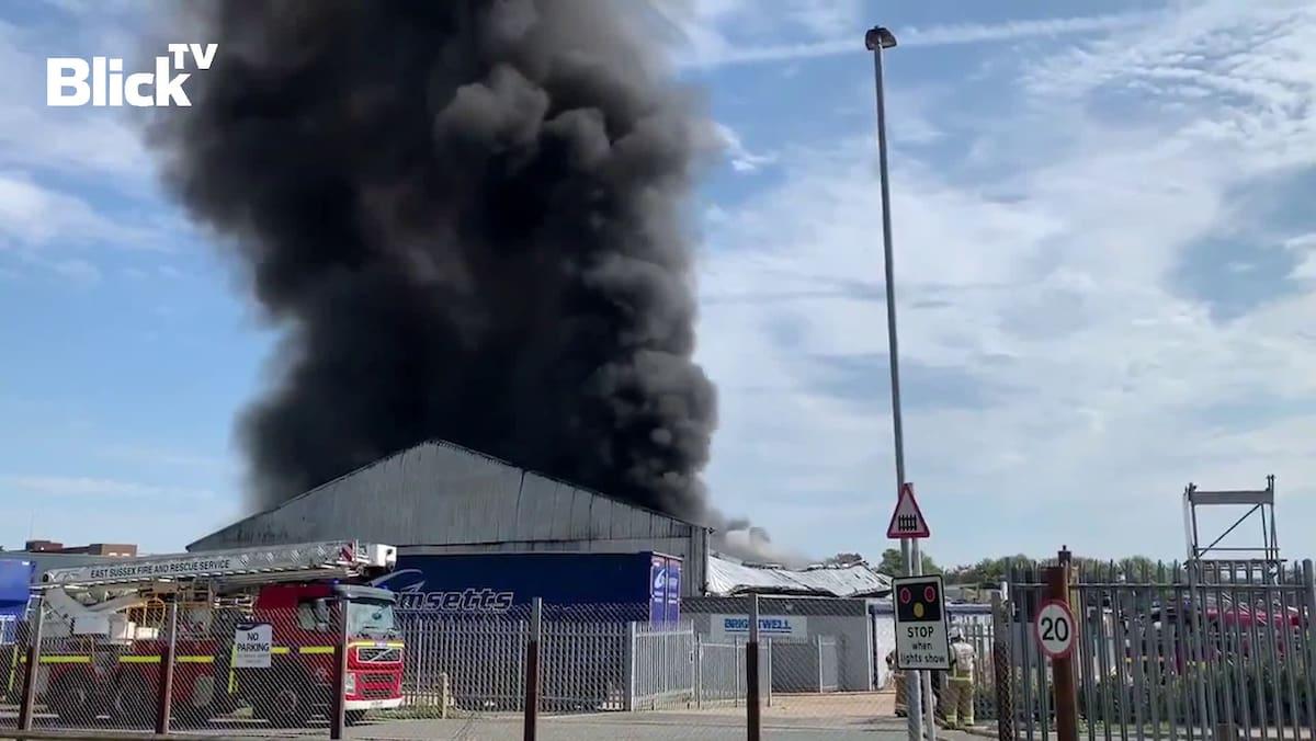 Riesige Rauchwolke: Explosion in Lagehalle in Südengland