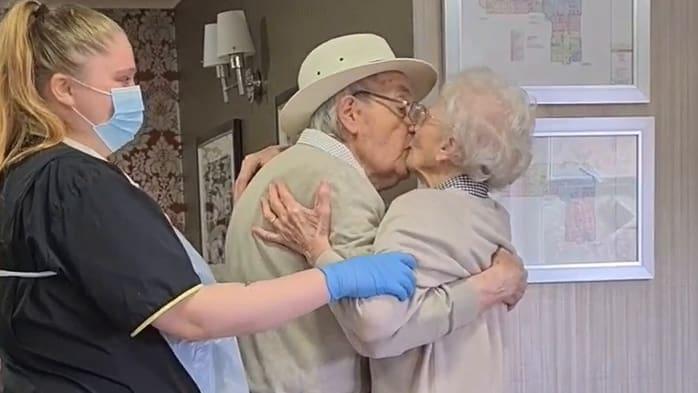 Senioren-Paar ist nach langer Trennung endlich wieder