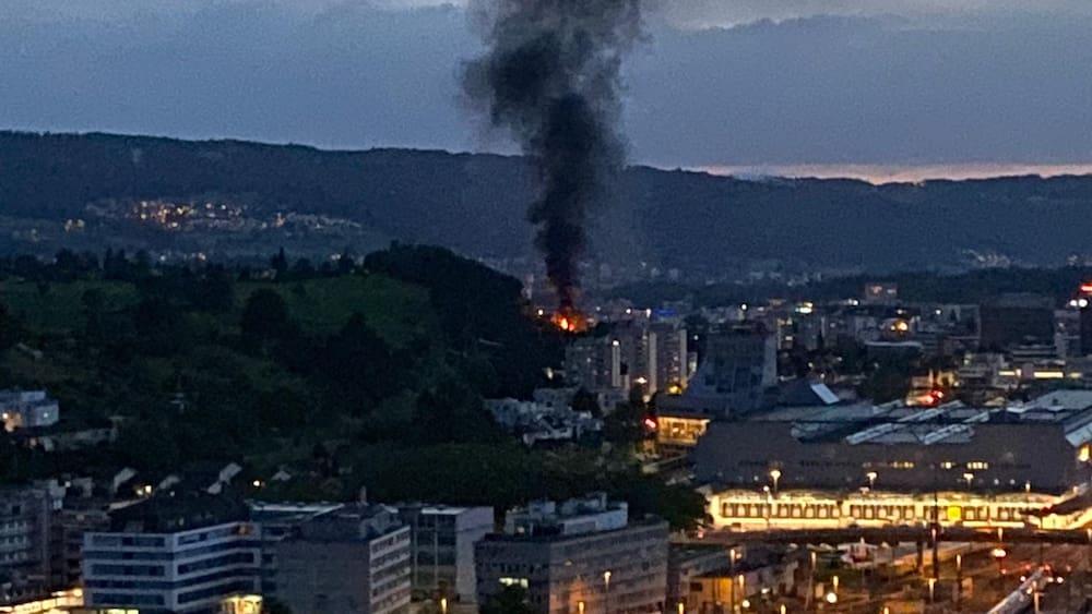 Schrebergarten-Gartenhäuschen in Brand löst Rauchsäule über Zürich aus
