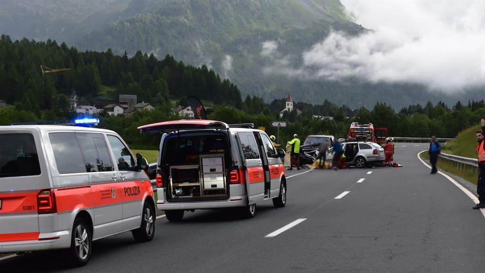 Ein Toter und vier Verletzte bei Unfall im Engadin