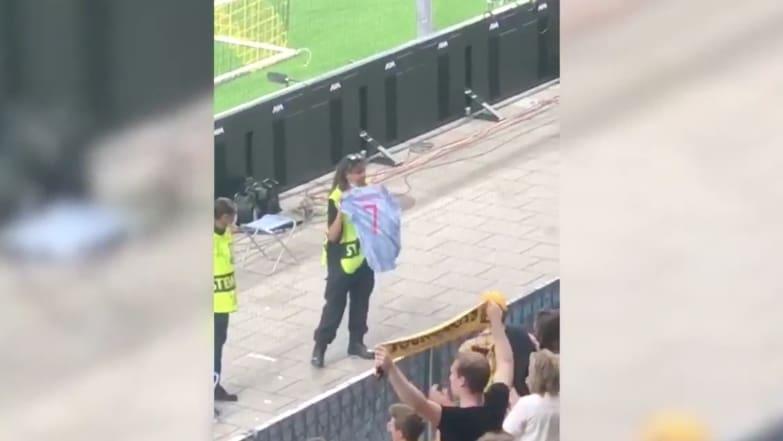 Ordnerin bekommt Ronaldo-Trikot