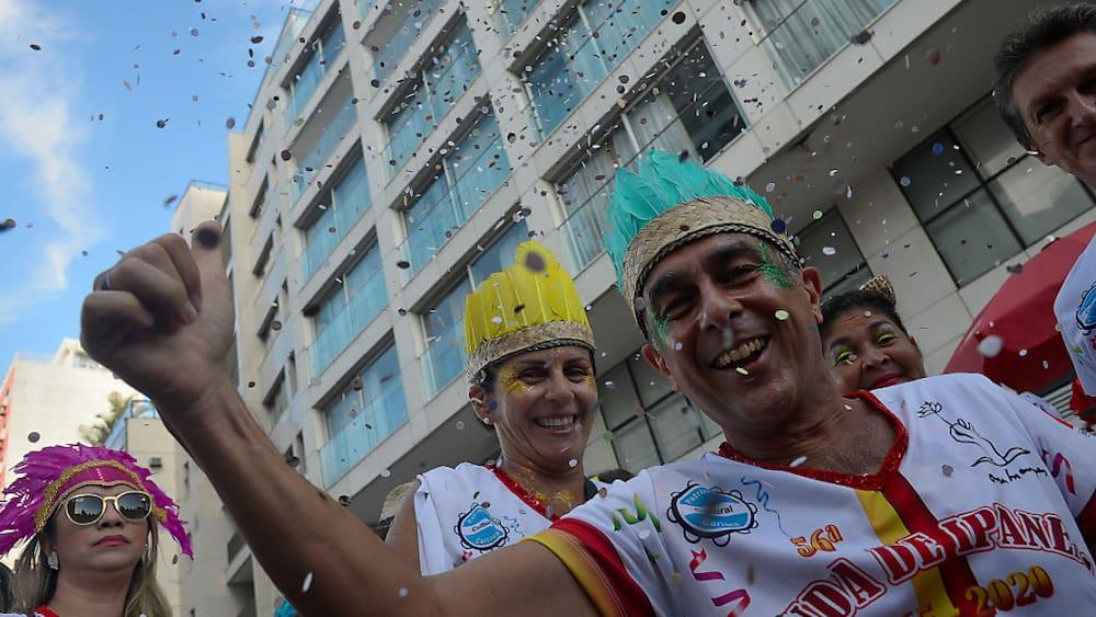 brasilien-will-2022-feiern-grosser-ansturm-und-optimismus-am-zuckerhut-rio-plant-karneval-2022