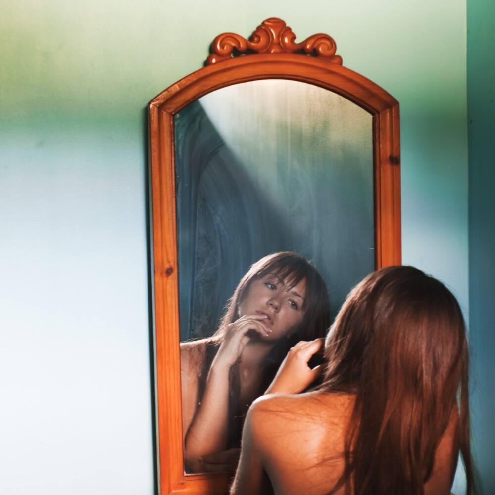 Spiegel vor dem mädchen nackt Heisses, Achtzehnjähriges