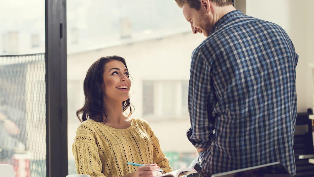 Flirten mit blicken