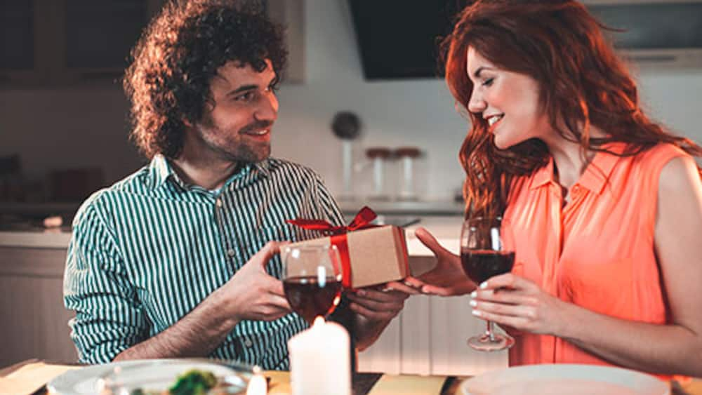 finden sie das passende geschenk f r jeden gastgeber blick. Black Bedroom Furniture Sets. Home Design Ideas