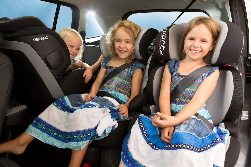 nur eine auto hat platz für drei kindersitze nebeneinander - blick