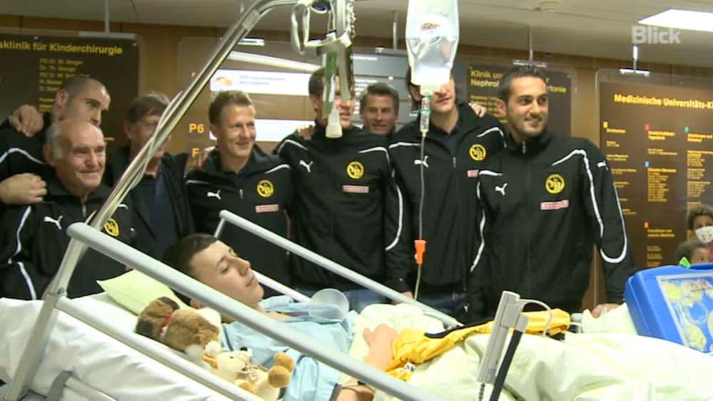 Osteraktion In Bern Yb Stars Verteilen Geschenke An Kranke Kinder